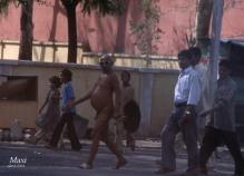 Jainista paseando por una calle de Jaipur